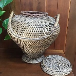 Vintage basket with handle and lid